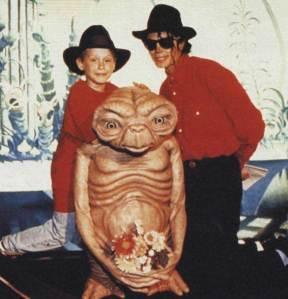 Macaulay-Culkin-and-Michael-Jackson-with-E.T[1]