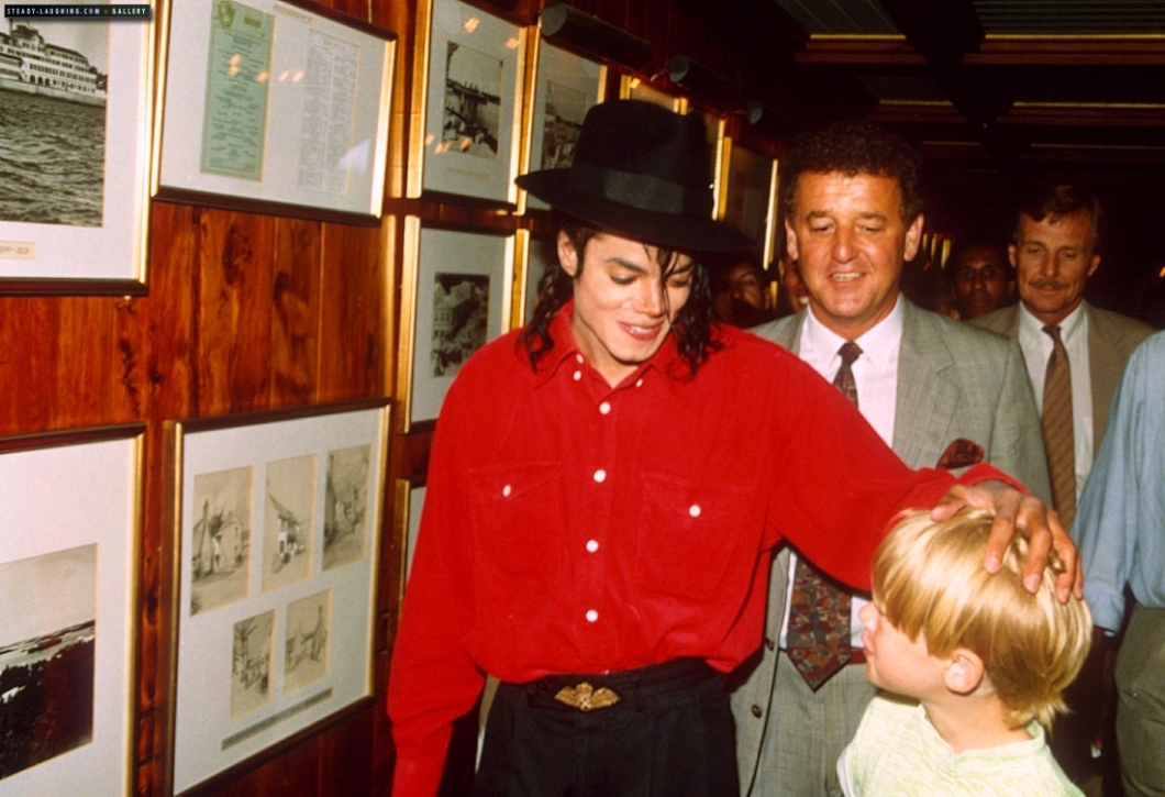 michael-goes-on-vacation-in-bermuda-with-maculay-culkin(57)-m-9.jpg